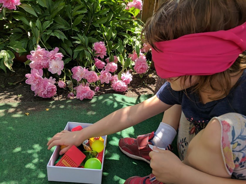 Blindfold Sorting gives your child an opportunity to manipulate the information using different senses. #math #learning