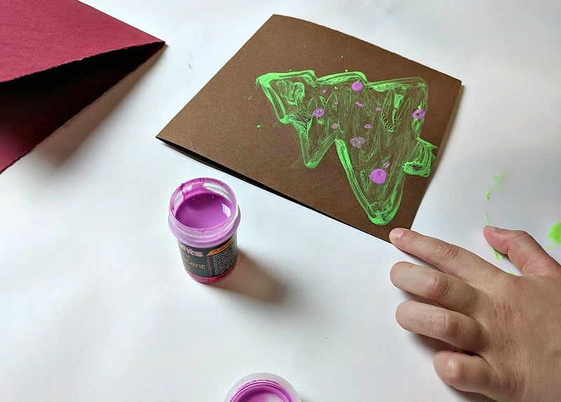 A kid-made Christmas card that glows in the dark and lights up the night during the holiday season. It will get you in the holiday spirit in no time. #kidmadexmas #kidart