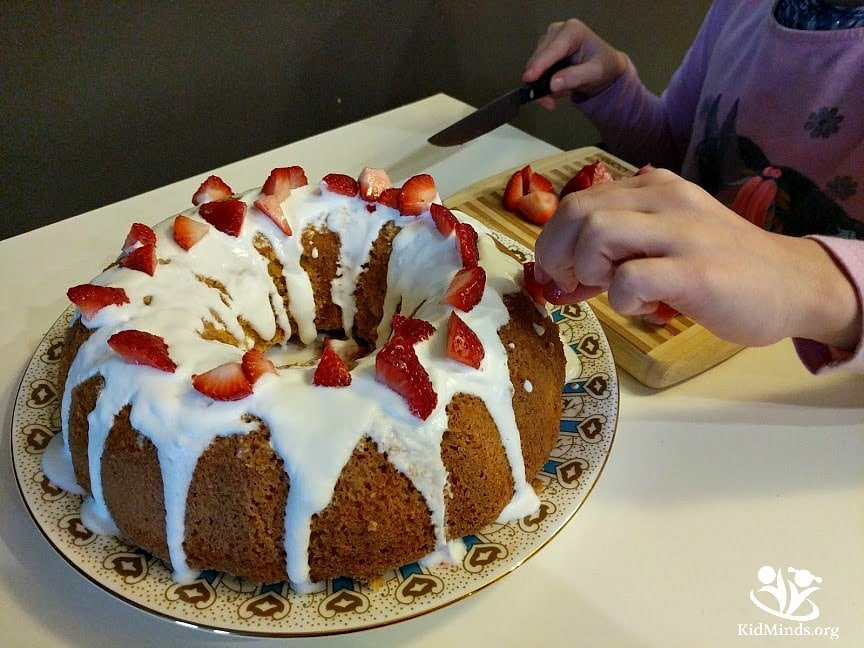 Your new no fail angel cake recipe for when you need a yummy dessert in a hurry. Perfect for newbie chiefs. #kidscancook #kidsactivities #cookingwithkids #angelcake #homemade